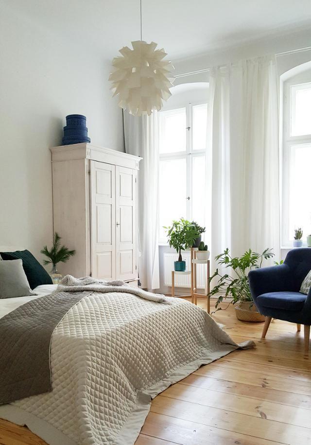 Das Natürliche Schlafzimmer Mit Holzdielen, Warmen Gedeckten Farben Und Der  Richtigen Portion Persönlichkeit Durch Besondere