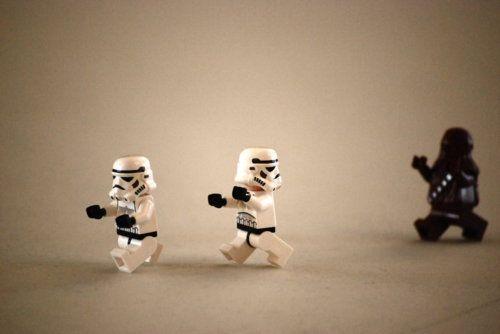 LEGO trooper perseguidos por Chewie