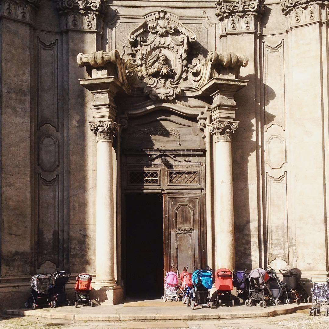 Non sapevo che le chiese fossero dotate di parcheggi per i passeggini by isoga