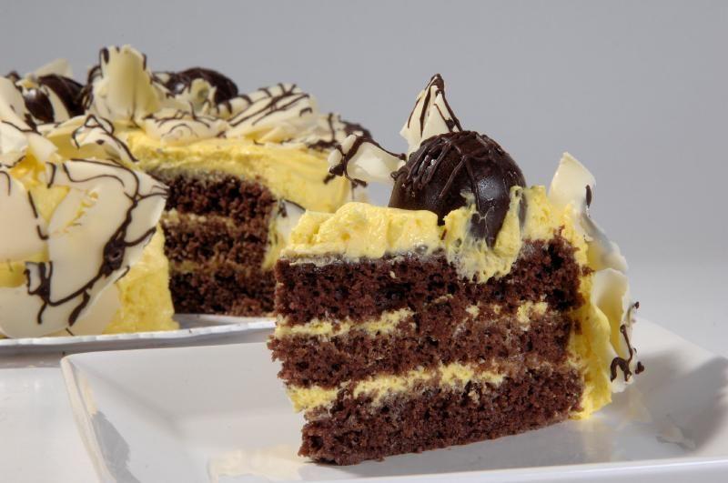 Torta trufada de maracujá e chocolate