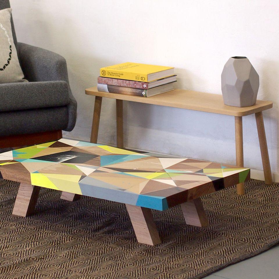 table basse scandinave design en bois massif, tapis marron à ...