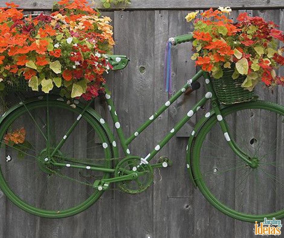 Se você por algum motivo não usa mais a sua bicicleta, aproveite ela para decorar seu jardim! Uma dica é usar cestas para colocar vasos com flores pra deixar ela mais delicada.