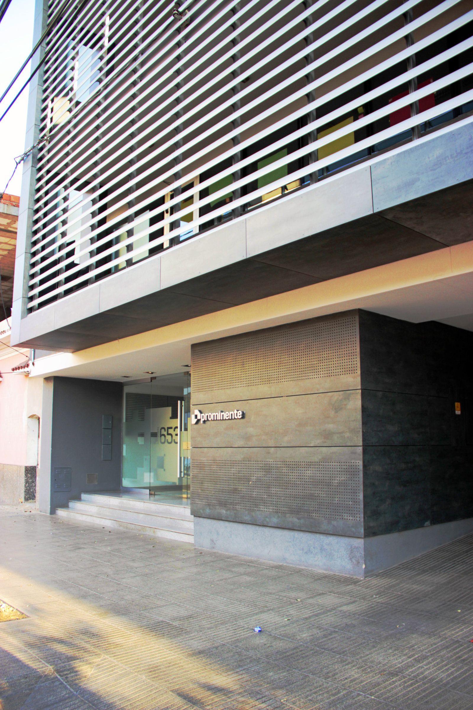 Material de fachada. Platten Exterior / Parasoles metálicos Importa. CG-SA Distribuye en Córdoba. Grupo T Obra. Edificio corporativo Prominente.
