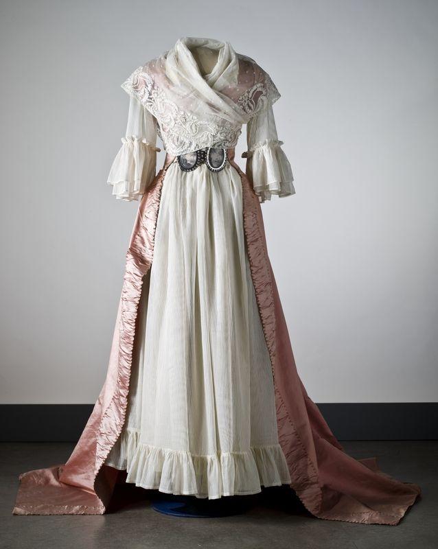 Dress a la Turque over chemise. ca.1789  Fichu en croise. (Klänning i rosa sidenaltlas. Nordiska museet inv.nr 183144. Digitalt Museum)