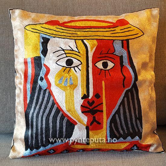 Pynteputa - Portrett Fylt Gylden. Denne puten er inspirert av moderne, abstrakt kunst og finnes i flere versjoner. Motivet er tøft og stilig og har et spennende design inspirert av moderne kunst. Det vil gi et ekstra løft til interiøret ditt. Puten har hvit bakgrunn, og fargene dyp rød, mørk grønn, skarp gul, lys blå og sort. Fra nettbutikken www.pynteputa.no #pyntepute #pynteputer #pynteputa #farger