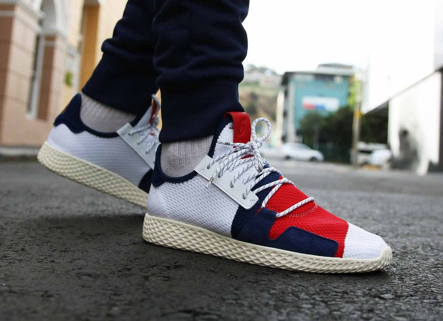 866e5f8bf0a21 Pharrell x BBC x Adidas Tennis HU V2 blanche rouge et bleue on feet ...