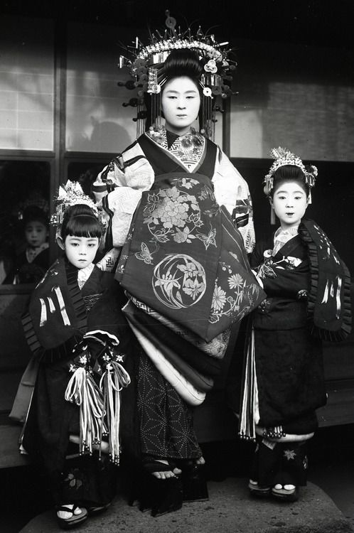 1910....TAYUU AND TWO ATTENDANTS....JAPAN....PHOTOGRAPHER BY YUKI WILLY....OF FLICKR......ON THEKIMONOGALLERY.TUMBLR........