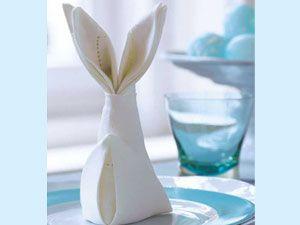 servietten falten zu ostern osterhase f r den tisch osterdekoration ostern osterhase und hase. Black Bedroom Furniture Sets. Home Design Ideas