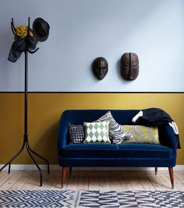 Salon design africain avec murs peinture couleur bleu, soubassement