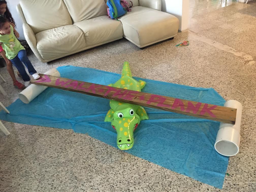 Walk the Plank!!! Los niños se divierten muchísimo, Solo tienes que compara el inflable de cocodrilo, un mantel  plástico azul, un pedazo de madera, 2 estantes, pintura de acuarela y listo....