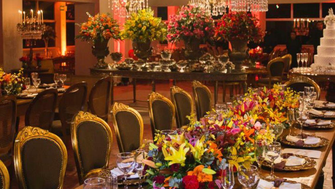 Floreira de lírios, rosas e orquídeas
