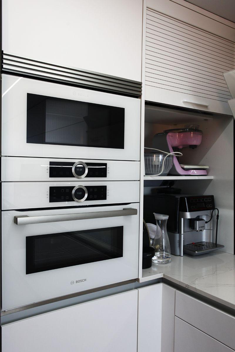 Columna horno microondas en blanco persiana en blanco for Cocinas blancas con electrodomesticos blancos