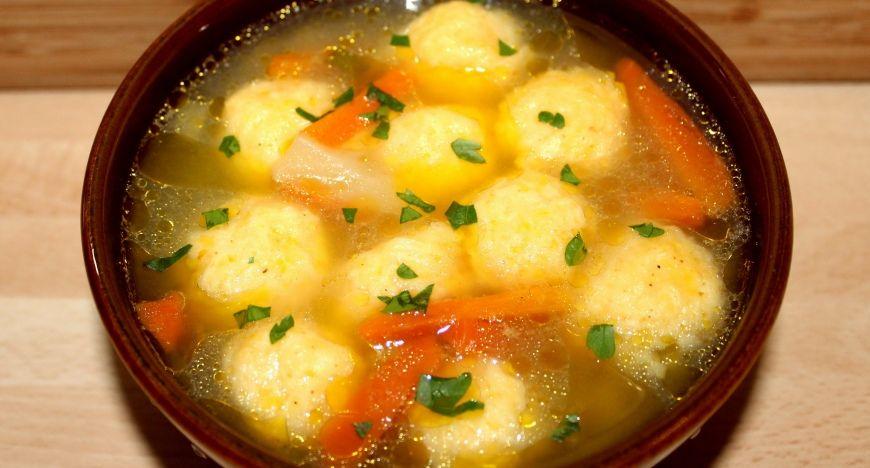 Sajtgombóc leves recept: A sajtgombóc leves egy gyorsan elkészíthető, finom étel, amit a rohanós hétköznapokon gyakran elkészítek. Ha már unjuk a szokványos leves betéteket, a sajtgombóc egy jó választás lehet, mert feldob egy egyszerű levest is.