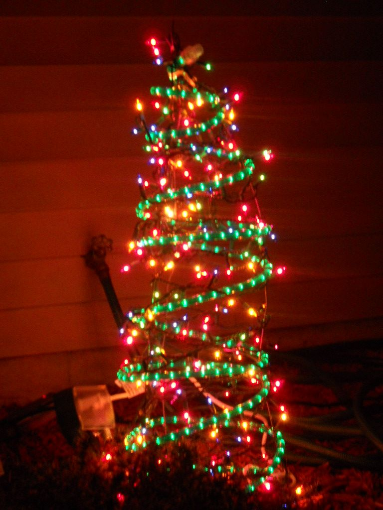 Homemade Outdoor Christmas Tree Decor Made From Tomato Cages Place The Tomato Cage Up Outdoor Christmas Tree Outdoor Christmas Diy Christmas Tree Decorations
