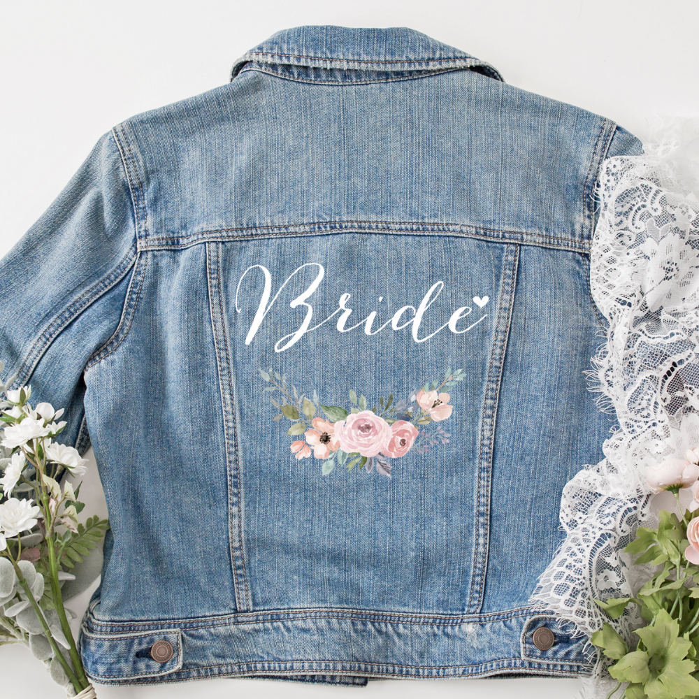"Photo of Jeansjacke ""Bride"" mit Blumenkranz – Herzpost"