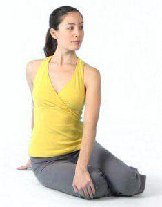 postura de torsión bharadvajasana i  los beneficios de