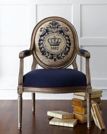 Sill n de madera tallada tapizado de azul y blason en for Tapizar sillas con respaldo