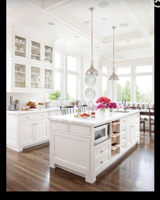 Weiße Küche, weißer Granit als Arbeitsplatte und einen Holzboden - arbeitsplatte küche granit