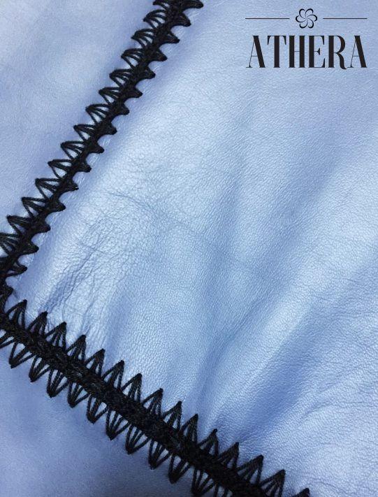 Pelica (couro legítimo) azul com aplicações de crochê preto nos recortes