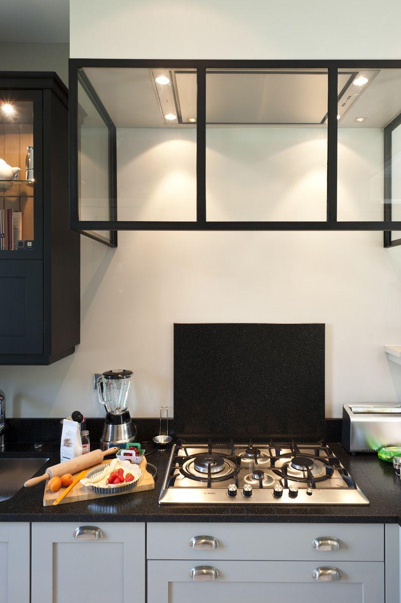 Une cuisine sur mesure dans un petit espace ambiance for Credence sous hotte