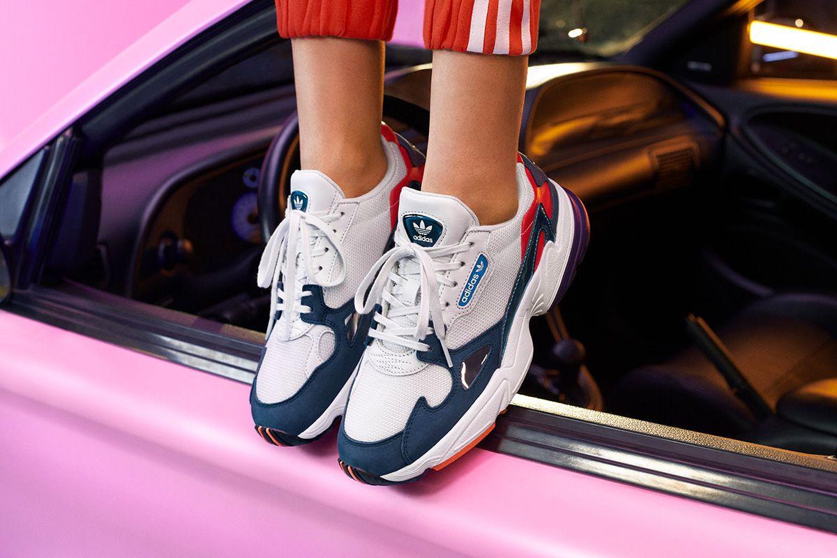 half off 76324 d1aa8 Kylie Jenner apresenta novas cores do Falcon da Adidas Originals – O Cara  Fashion