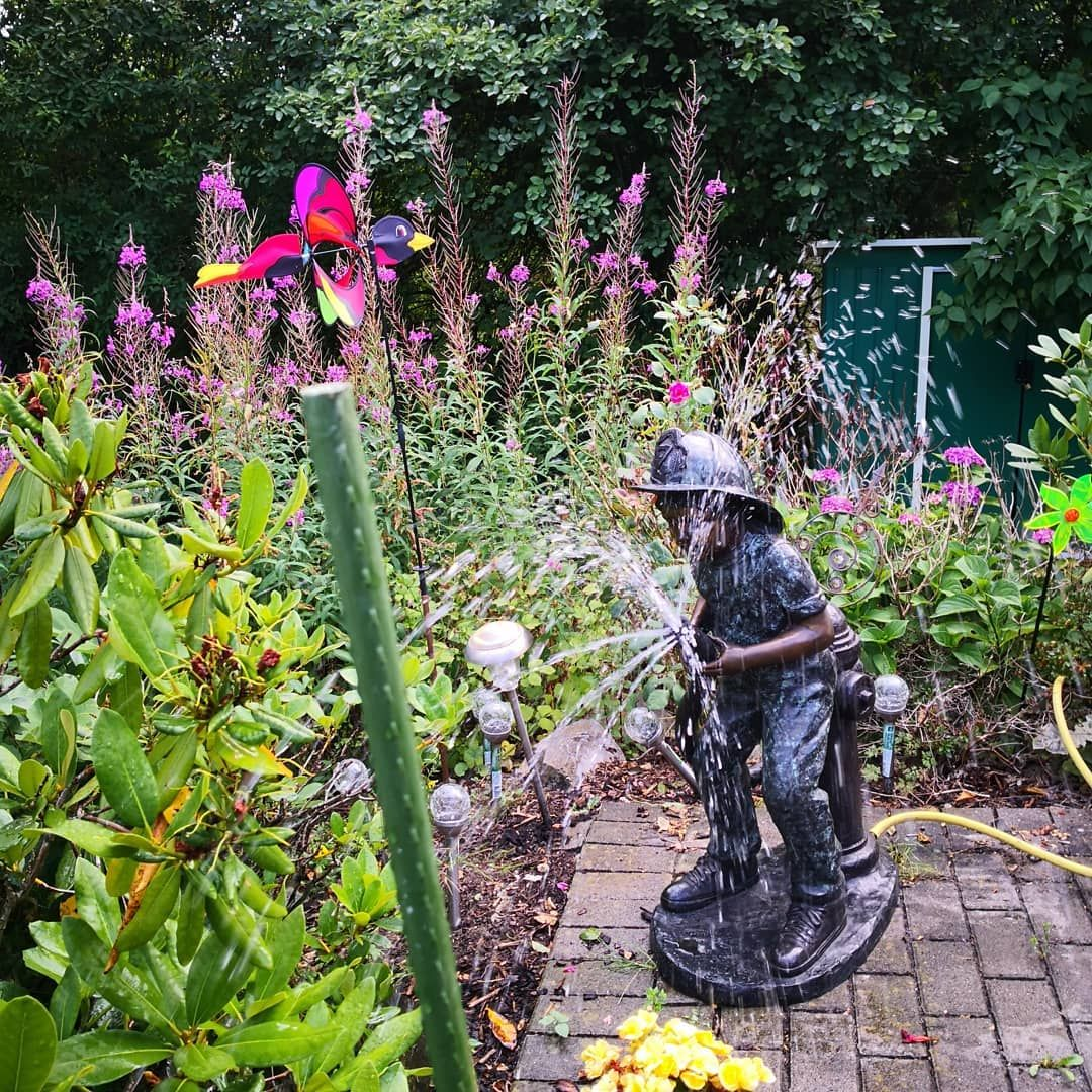 Wenn Ihr Mal Wieder Eine Erfrischung Im Garten Braucht Bronzefiguren Bronzeskulpturen Brontique Gartenfiguren Nied Garten Deko Gartenfiguren Wasserspeier