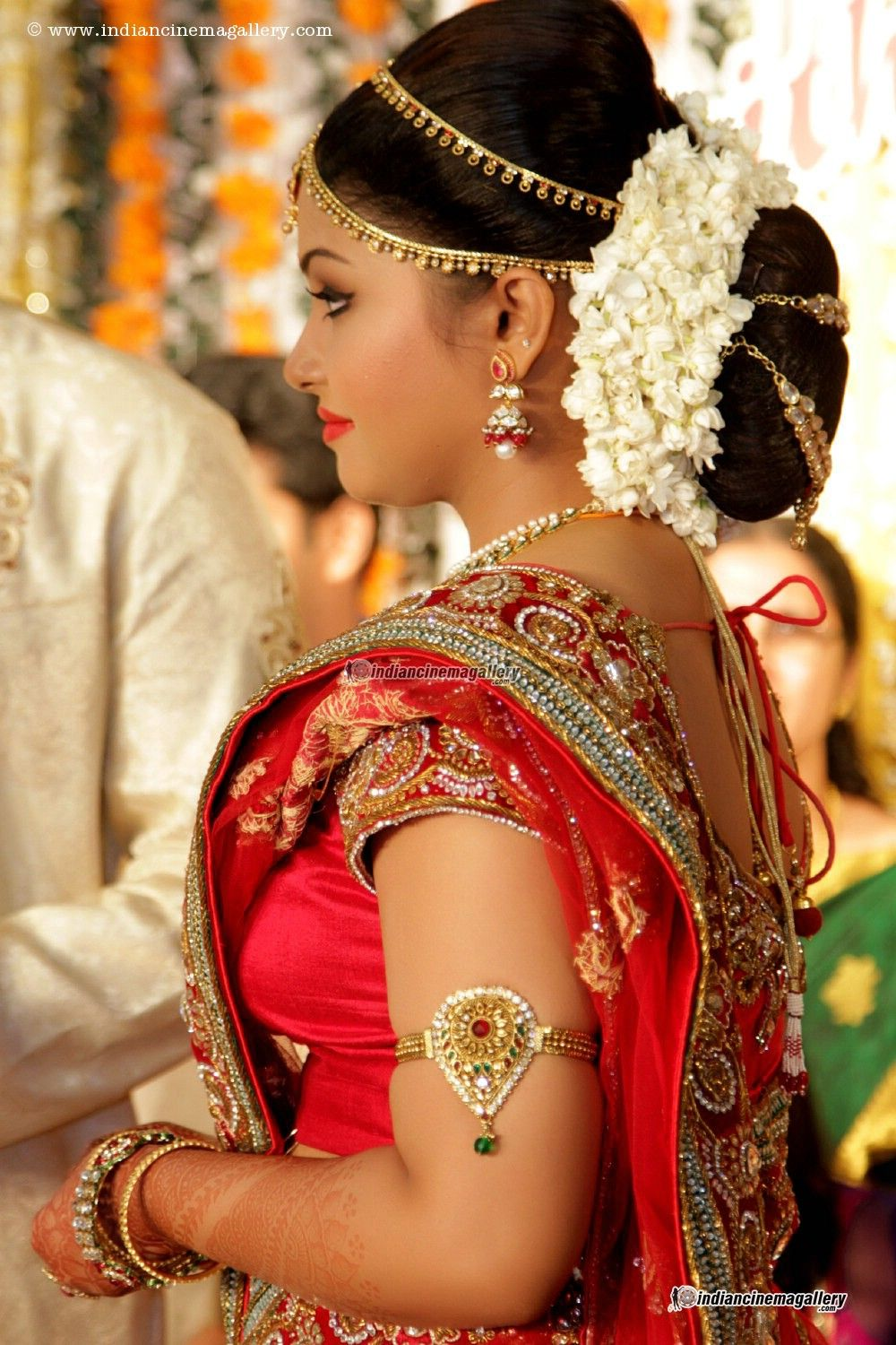 Traditional Southern Indian Bride Wearing Bridal Silk Saree Jewellery And Hairstyle In Indian Wedding Hairstyles Indian Bridal Hairstyles Bridal Hair Images