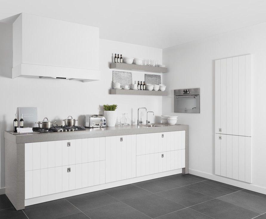 Keuken Witte Kleine : Mooi contrast tussen het donker grijze werkblad en de witte keuken
