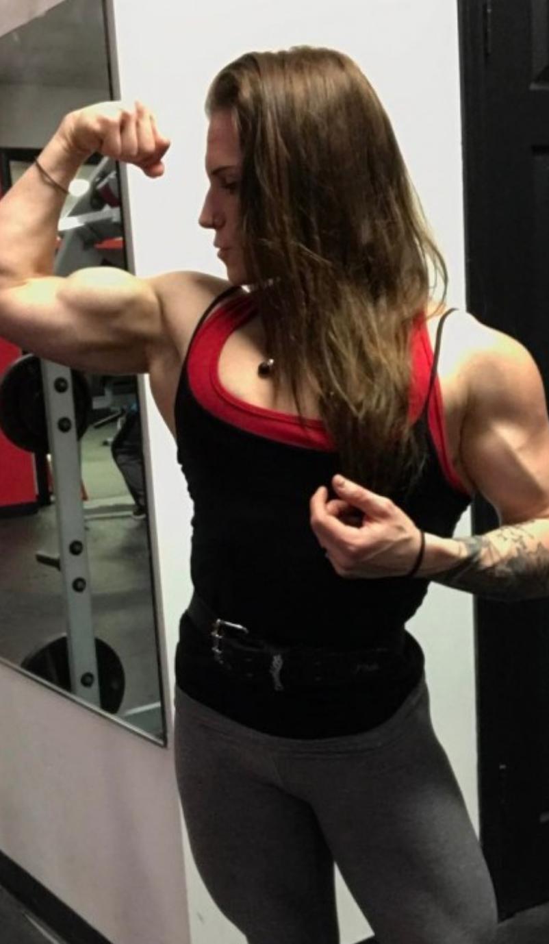 Babe Bizeps Flexing Muskel FemaleMuscleMorphs