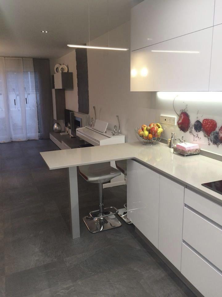 Cocina con barra americana y lampara de led cocinas home decor decor y garage - Barra americana para cocina ...