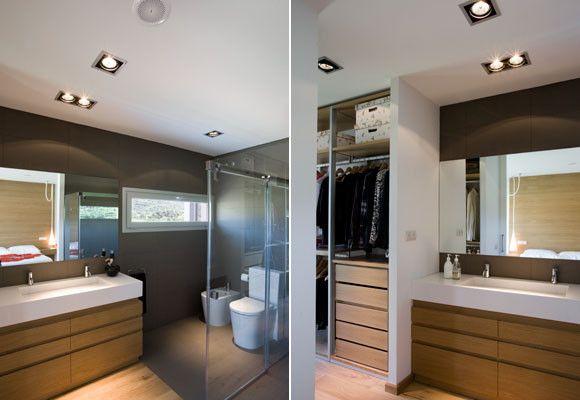 Baño y vestidor de la habitación principal.  Houses ...