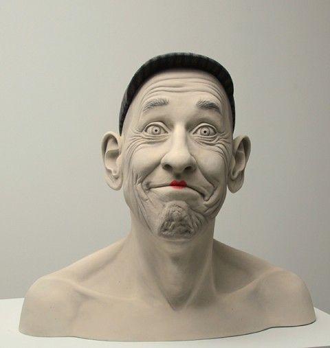 Sculpteur américaine née en 1950, Tip Toland propose des pièces ultra-réalistes qui portraiturent des sujets âgés ou des personnages très jeunes.
