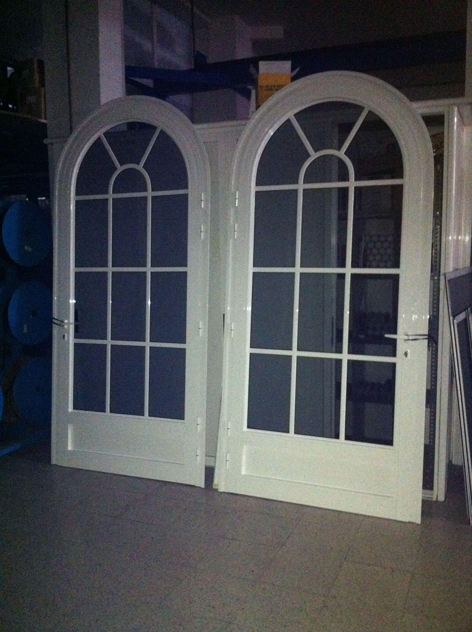 Puertas con arco de medio punto en aluminio lacado blanco for Puertas semi macizas blancas