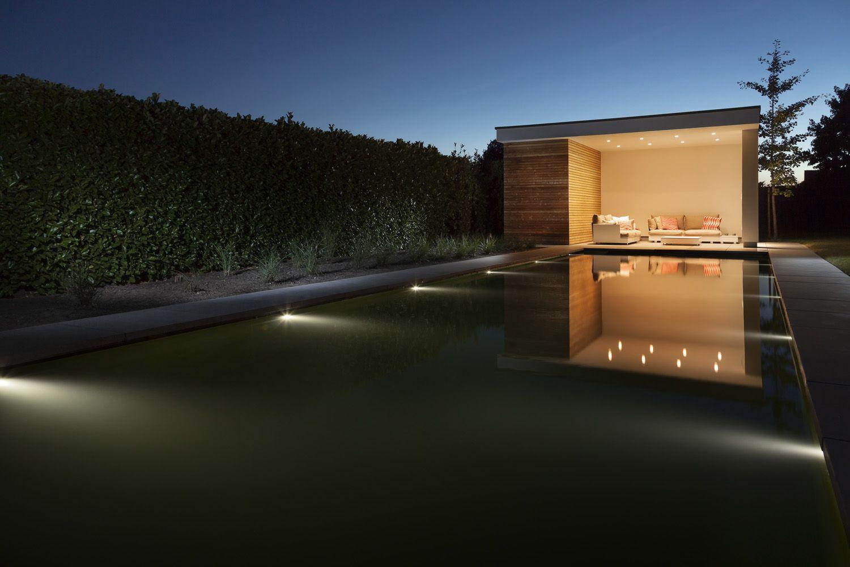 Sfeervol verlicht poolhouse + zwemvijver met afwerking in beton ...