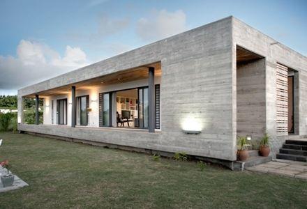 Casa con fachadas de hormig n visto fuerte en presencia y for Casas minimalistas en una sola planta