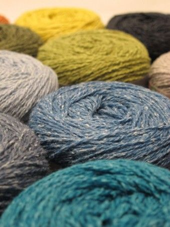 <p>Villasilkkisekoite Wool Silk on valmistettu silkistä ja ekologisesti tuotetusta villasta. Wool Silk -langan värit ovat kauniin meleerattuja ja eläväpintaisia, koska villa- ja silkkikuidut värjäytyvät eri tavalla. Lang