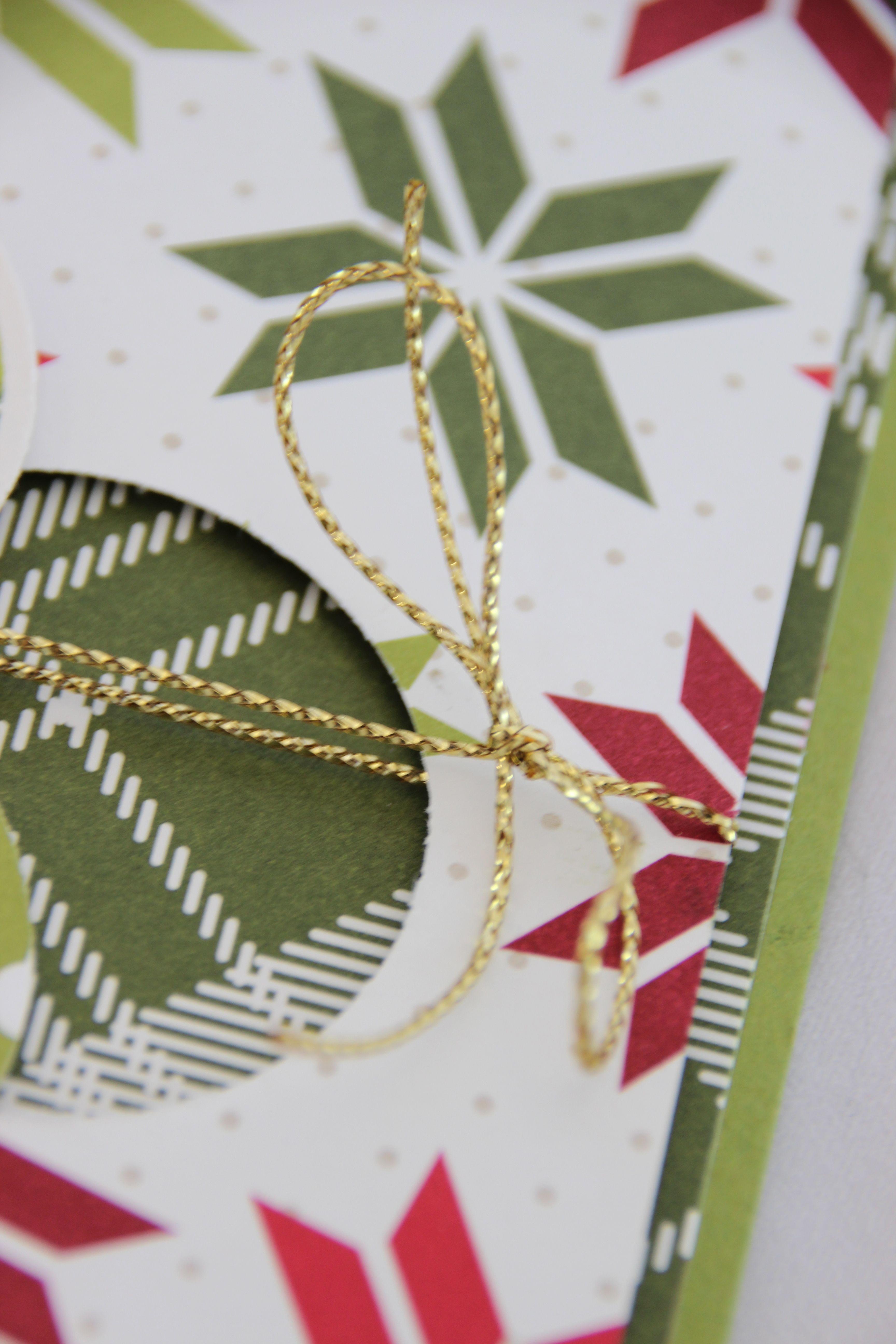 Met de Merry Moments Designer Series Paper zijn kerstkaarten zo gemaakt.  De Gold Cording Trim is de kers op de taart. #kerst #kerstkaart #Stampinup #DIY