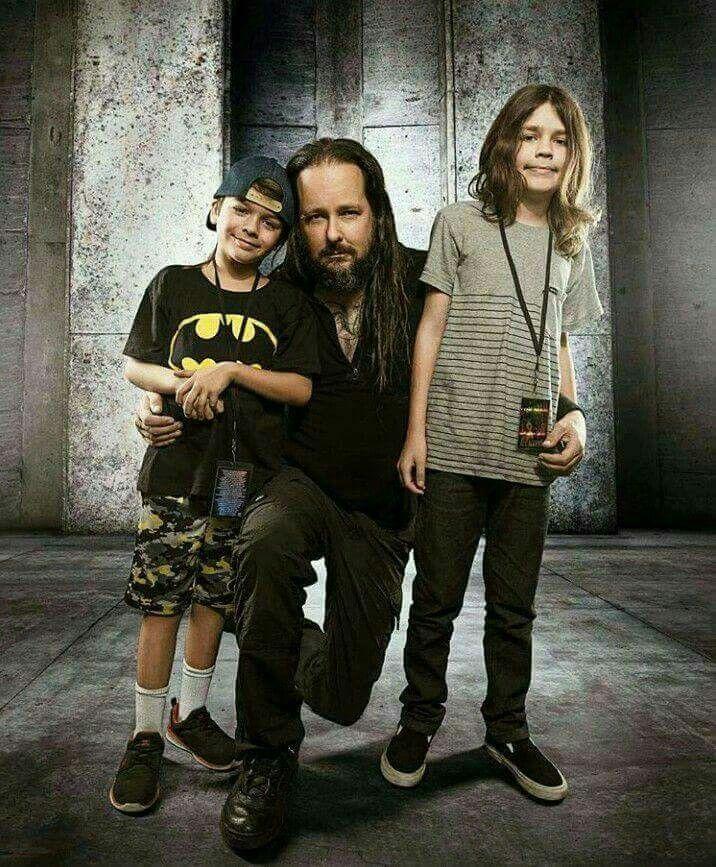 Foto von Jonathan Davis  & sein  Sohn   Pirate Howsmon Davis & Zeppelin Howsmon Davis