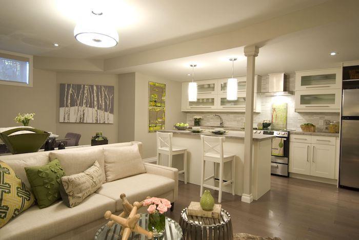 Offene Küche mit Wohnzimmer mit weißem Sofa und bunte Kissen, zwei - offene kuche wohnzimmer