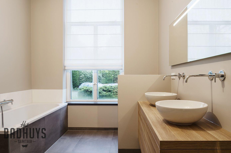 Sfeervolle badkamer met bad en inloopdouche het badhuys huisje