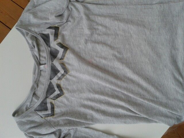 Verschönertes shirt mit Kartoffeldruck und gelber Stickerei// upcycled shirt, potato print + yellow embroidery