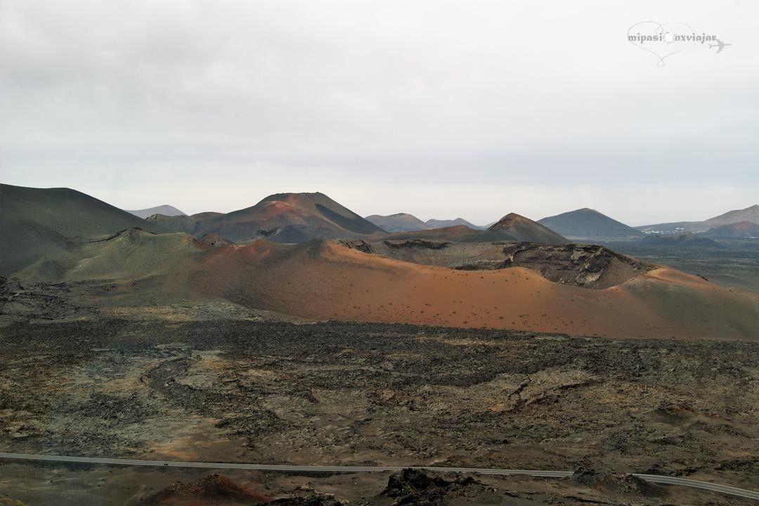 Las Montañas De Fuego Del Parque Nacional De Timanfaya En Lanzarote Es De Esos Lugares De La Tierra Que Son Impresionantes Natural Landmarks Landmarks Travel