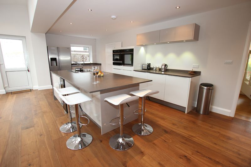 Two Tone Kitchen Design In Cashmere And High Gloss Lacquer