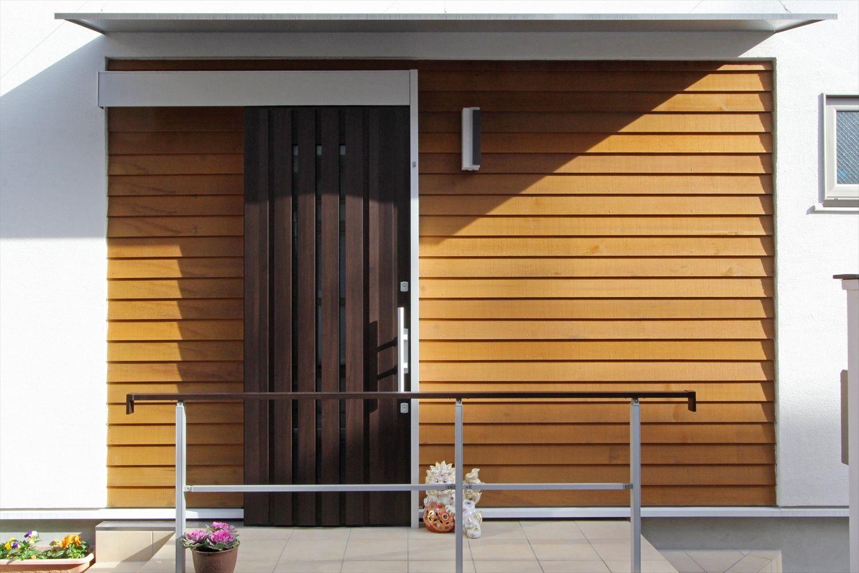 外壁のアクセントに天然木を採用し 単調な印象にならないよう配慮