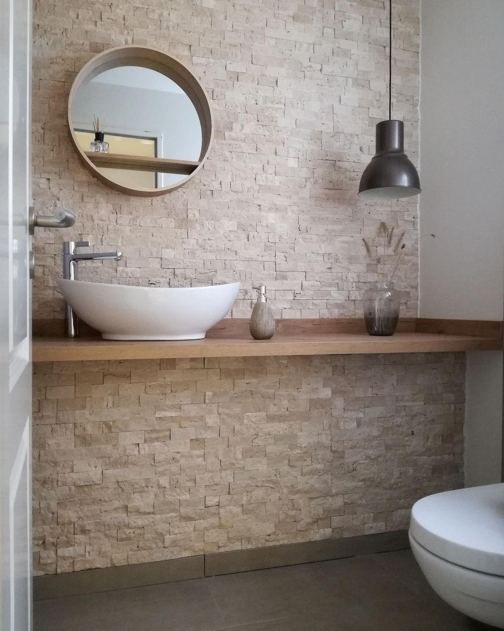 Im G Stewc Haben Wir An Einer Wand Naturstein Der Waschtisch Ist Eine Arbeitsplatte In Holzoptik In 2020 Guest Toilet Round Mirror Bathroom Bathroom Renovation