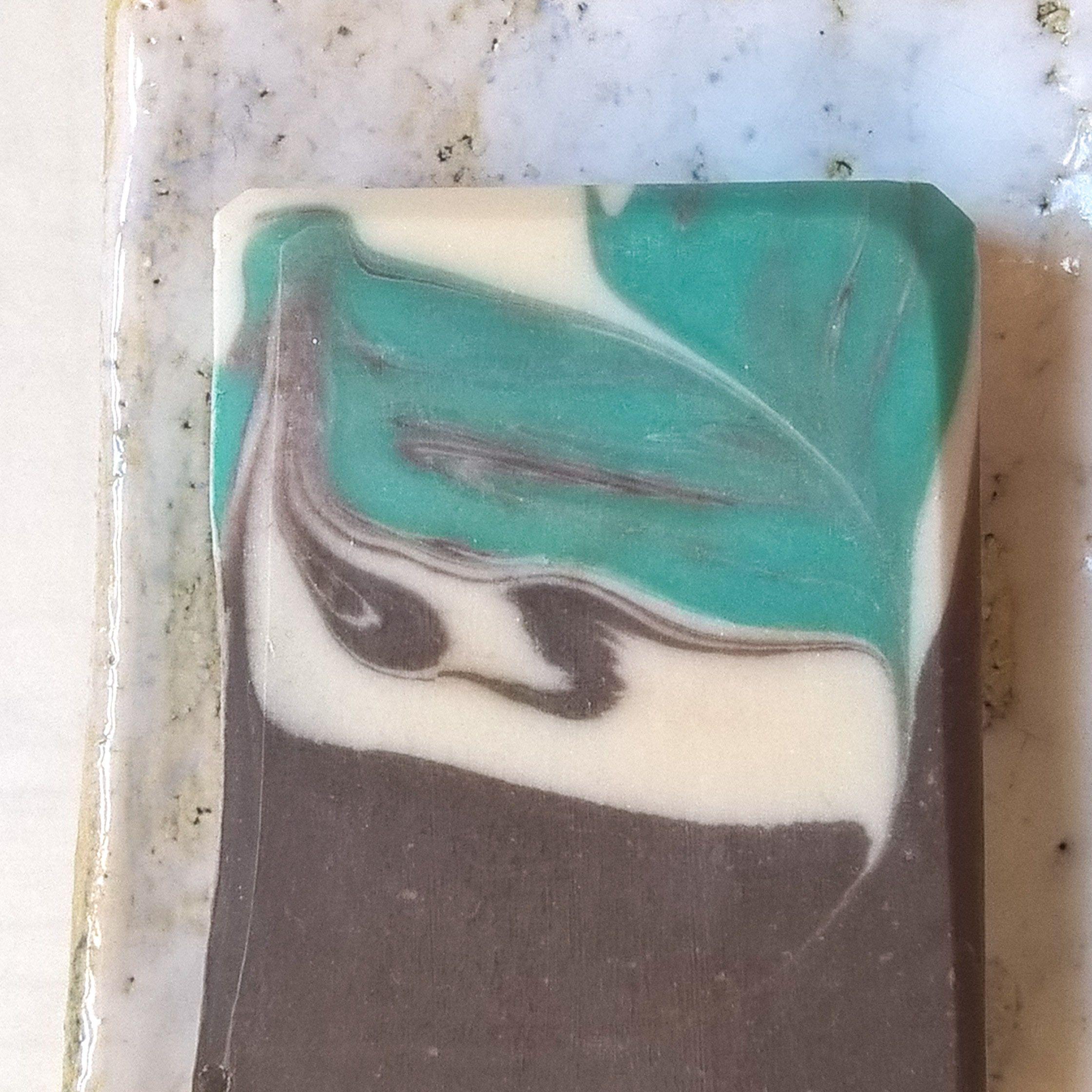 Almond Coffee - mýdlo s vůní mandloní, smetany, kávy a jen trošku mintovou, sexy temná a zemitá pánská vůně, unisex vůně; obsahuje pravou kávu s kofeinem, taky jogurt a hedvábí | this soap smells of almonds, cream, coffee and just a little mint...intricate dark and earthy manly scent, also nice for women; soap made with coffee, yoghurt and silk
