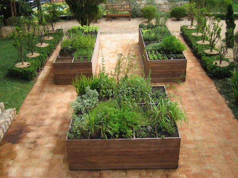 Hortas em caixas de madeira as caixas de madeira com for Modelos de jardines exteriores