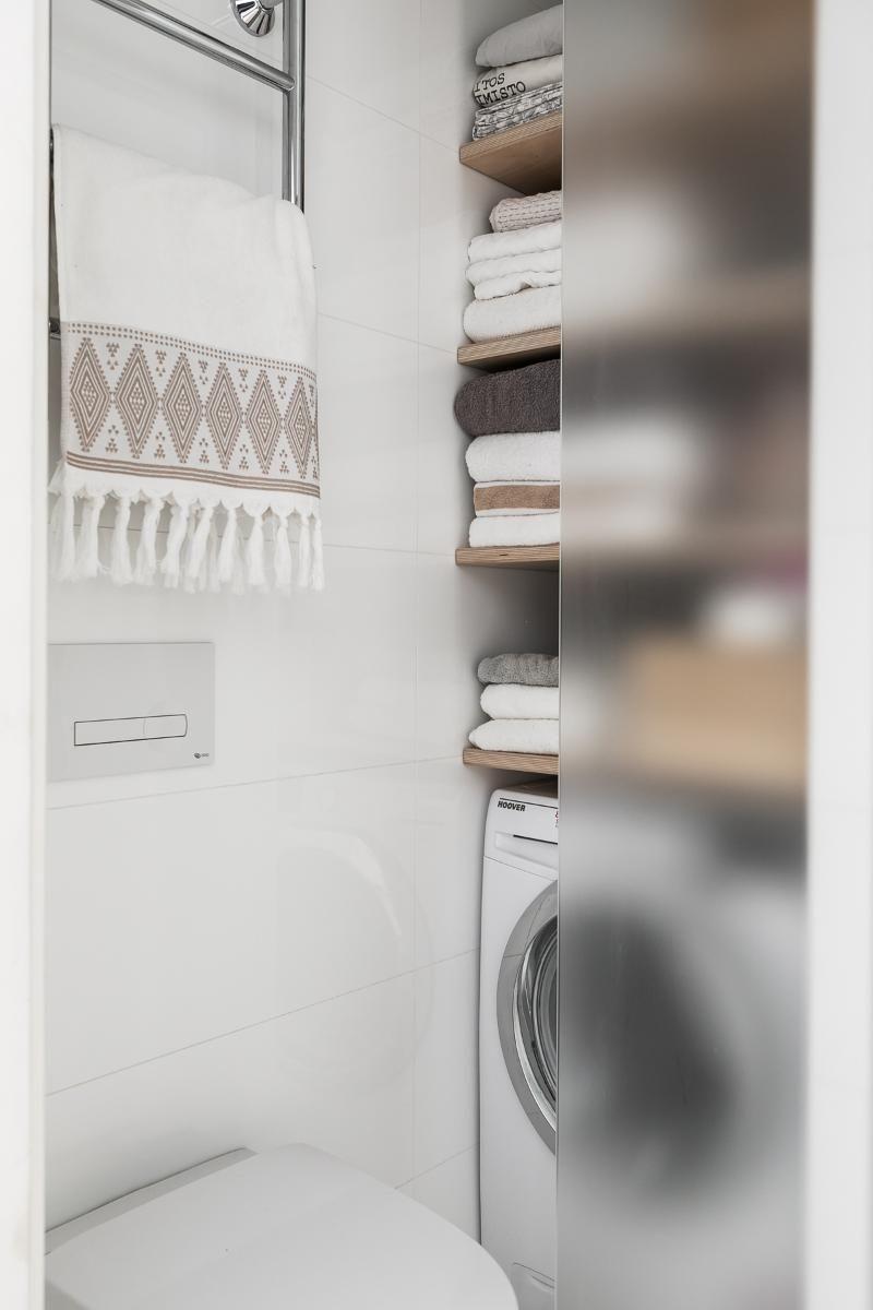 Kodinhoitohuone kylpyhuoneen hyllyt pyyhesäilytys
