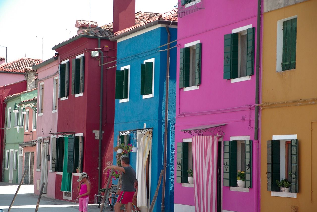 #Burano es una de las islas de la laguna véneta ubicada al norte de #Venecia y conocida por la producción de encaje artesanal, #merletto, y por las fachadas de colores vivos. http://www.venecia.travel/ciudades-para-visitar/burano/ #turismo #Italia
