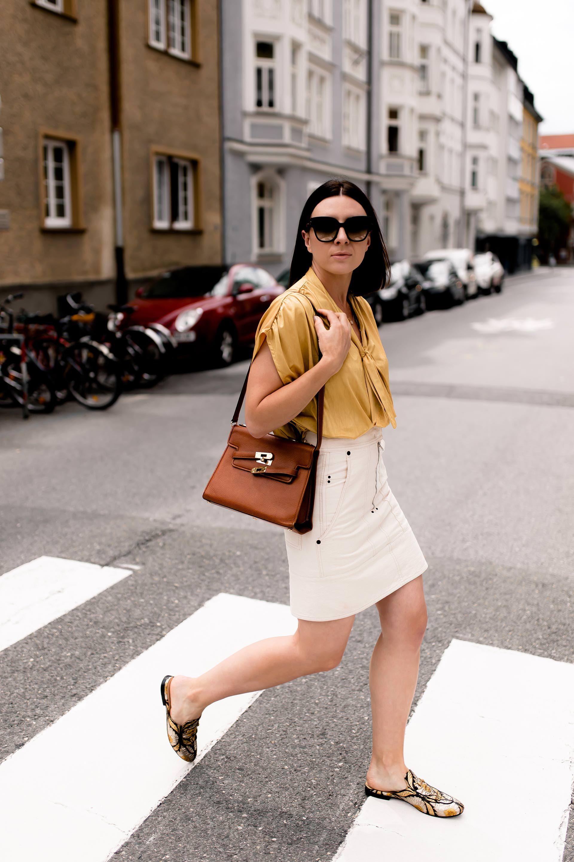 Outfit Mit Minirock Gelber Bluse Und Slipper Im Metallic Look In